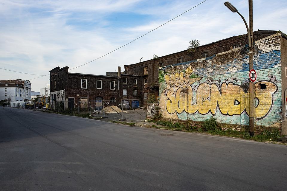 Foto von Mauer mit Graffiti