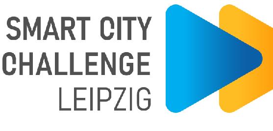 """Neben dem Schriftzug """"Smart City Challenge Leipzig In Kooperation mit: Smart Infrastructure Hub Leipzig"""" befinden sich zwei sich überlappende Dreiecke, links blau, rechts gelb/orange"""